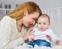 porträtt av glad mamma och baby foto