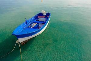 azurblå motorbåt som flyter på den grekiska ön foto