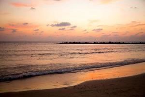 solnedgång på en strand foto