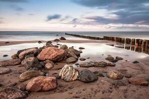 groynes på stranden av Östersjön foto