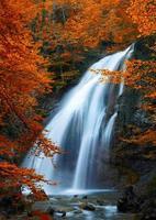vackert vattenfall. höst