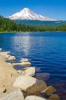 mt huva och trillium sjö på sommaren foto