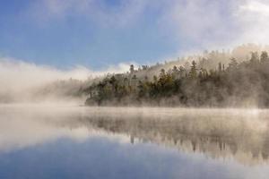 dimma och reflektioner i norra skogen foto