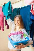 långhårig kvinna hängande kläder foto