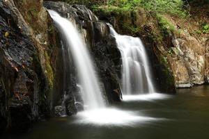 tropiskt litet vattenfall