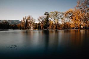 vatten fontän vid solnedgången i idlewild park