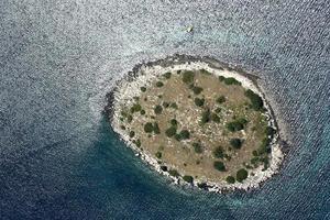 liten ö i Kornati skärgård, Adriatiska havet, Kroatien
