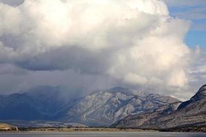 snömoln i de steniga bergen i alberta