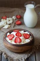 keso hälsosam ekologisk frukost med mjölk och jordgubbar