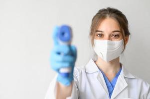 läkare tar temperatur