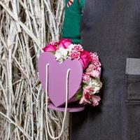 person som håller vackra rosa blommor foto