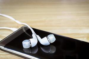 hörlurar och smart telefon foto