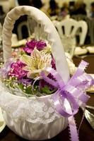 blomma flicka korg med lila band foto