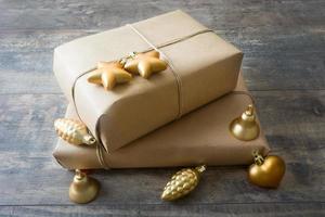 rustika presentförpackningar omgiven av höstlöv foto