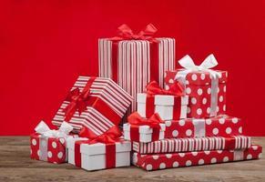 presentask till jul på en röd bakgrund foto