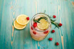 detoxvatten med hallon, lime, citron, rosmarin i burken