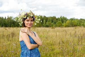 sommarporträtt av den unga vackra leende kvinnan