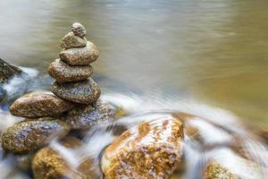 bäck som rinner över klipporna