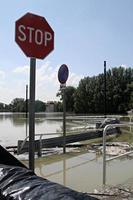 översvämmad väg och skyltar