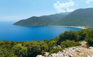 topp sommar vy av antisamos beach (grekland, kefalonia). foto