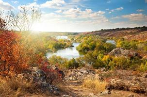 färgglada träd och flod - vacker solig höstsäsong
