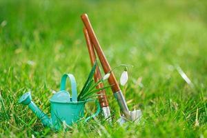 tid för trädgården, dekorativa små trädgårdsredskap foto