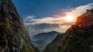 försök klättra vid solnedgången i bergen