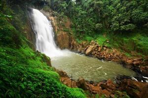 stort vattenfall i regnskog foto