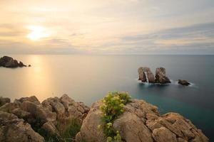 los urros i costa quebrada vid solnedgången. kantabrien, Spanien