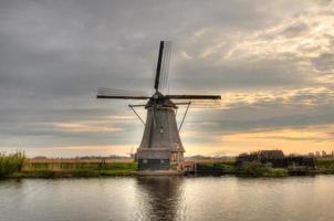 väderkvarnar i kinderdijk, nederländerna foto