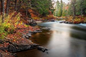 höstens kanadensiska landskap, rörligt vatten, sjö och reflektion