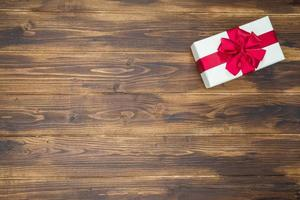 vit presentask för semesterhändelse röd siden wrap