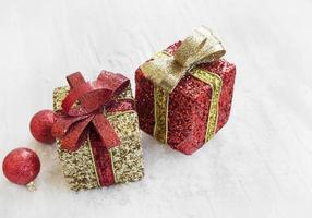 gyllene och röda julklappar och bollar i snön