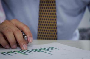 affärsman som kontrollerar grafer och diagram
