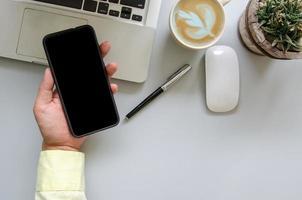 hand som håller smartphone, ovanifrån foto