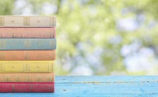 bunt med böcker mot naturbakgrund foto