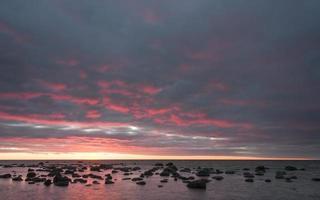 färgrik solnedgång till havs