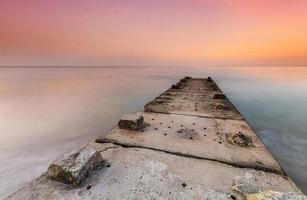 stenbrygga och lugnt hav