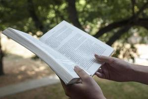 läser bok foto