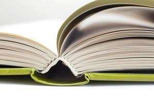 öppen bok med grönt omslag foto