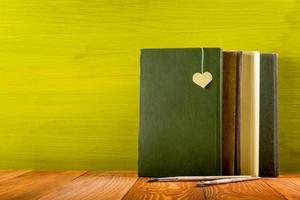 komposition med vintage gamla inbundna böcker, dagbok, fläktade sidor foto