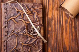 gammal bok och bokstav på träbord foto