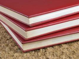 tre staplade böcker