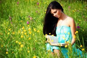 flicka med bok