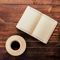 kaffe och bok foto