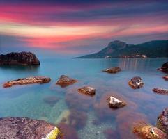 färgrik sommarsoluppgång på havet foto