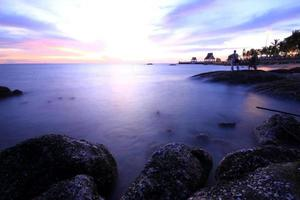 lång exponering av hav och stenar