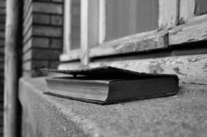 åldrande kunskap - gammal övergiven bok foto