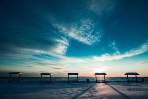 picknickbord vid havet under vintern foto