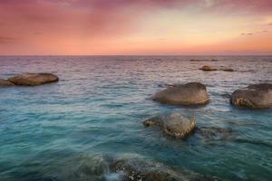 skymning av havsstranden efter solnedgången
